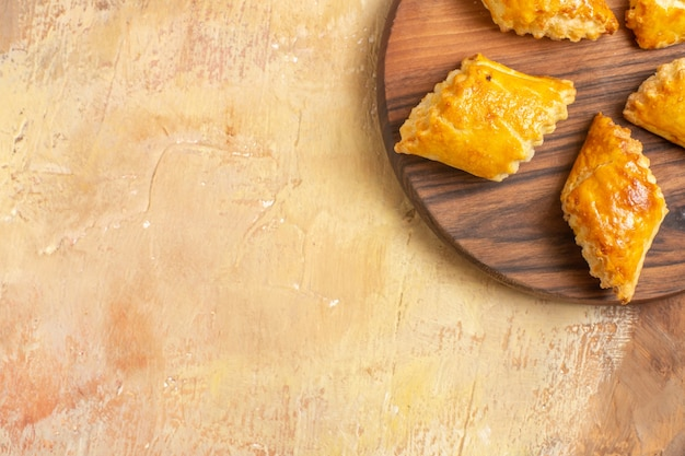 Widok z góry na pyszne ciastka orzechowe na powierzchni drewnianych
