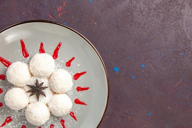 Widok z góry na pyszne cukierki kokosowe z czerwonym lukrem na czarno