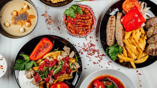 Widok z góry na pyszne dania dla smakoszy z różnymi warzywami i mięsem