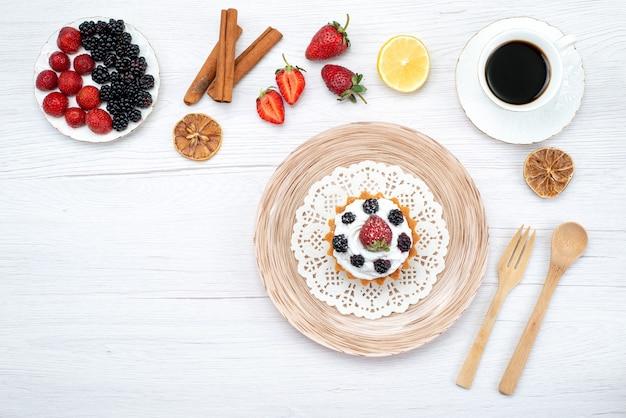 Widok z góry na pyszne kremowe ciasto z jagodami cynamonową kawą na lekkim, słodkim cieście