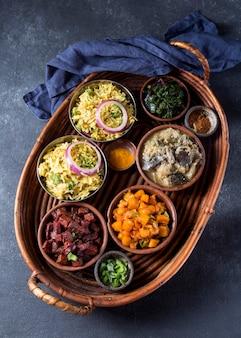 Widok z góry na pyszne pakistańskie posiłki w koszu