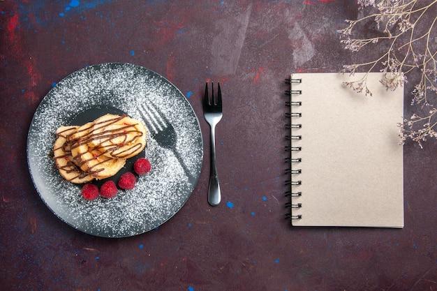 Widok z góry na pyszne słodkie bułki w plasterkach na herbatę wewnątrz talerza na czarno plate