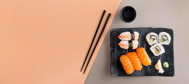 Widok z góry na pyszne sushi z miejsca na kopię