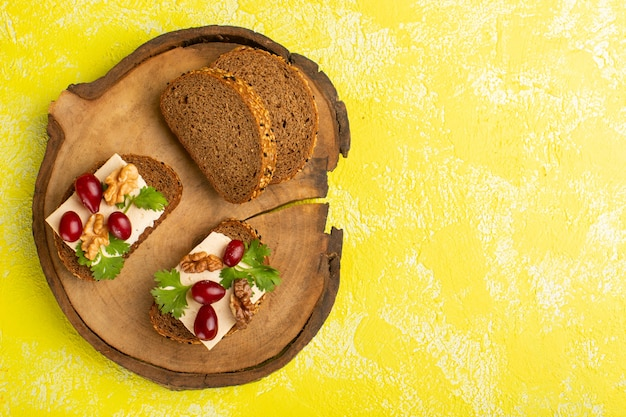 Widok z góry na pyszne tosty z chleba z serem dereńskim na żółtej powierzchni