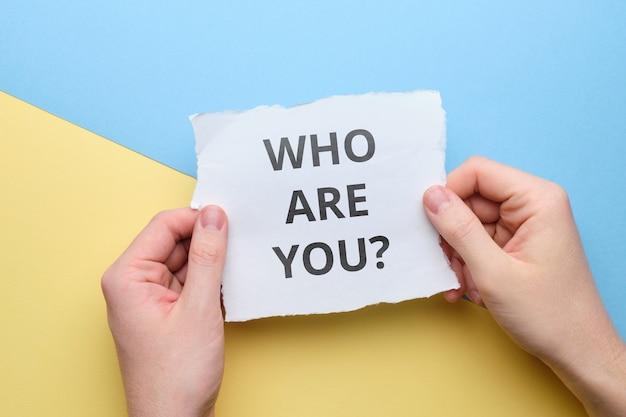 Widok z góry na pytanie, kim jesteś koncepcja