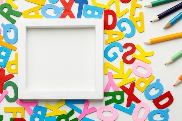 Widok z góry na ramkę i układ liter