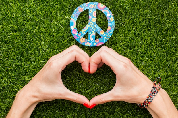 Widok z góry na ręce co serce ze znakiem pokoju