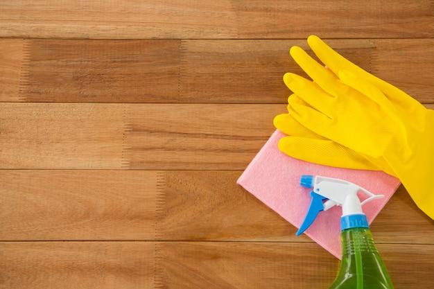 Widok z góry na rękawiczki z czyściwem i butelką z chemikaliami