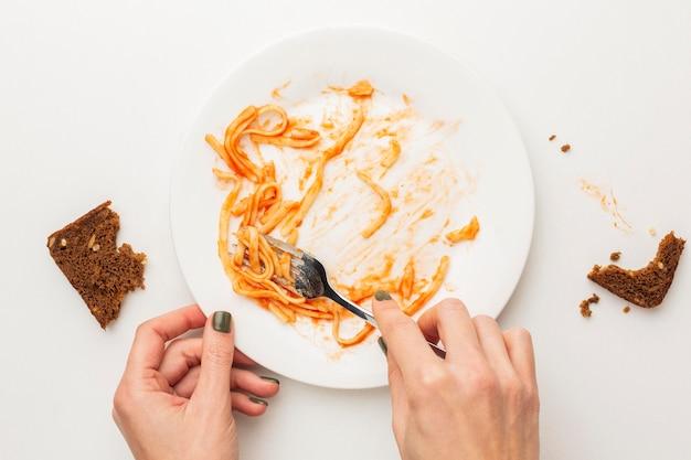 Widok z góry na resztki zmarnowanego makaronu spaghetti