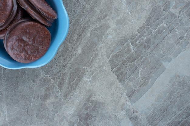 Widok z góry na rolki waflowe w niebieskiej misce.