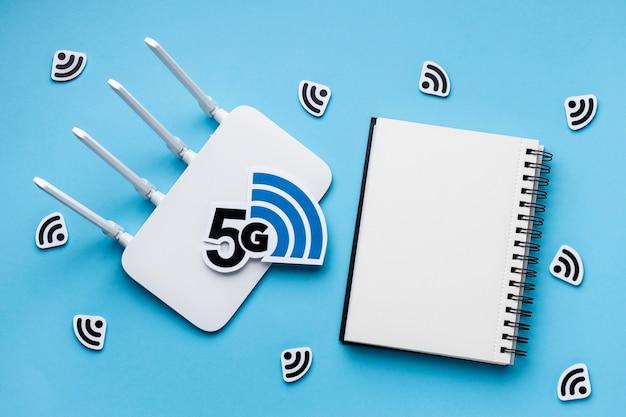 Widok z góry na router wi-fi z 5g i notebookiem