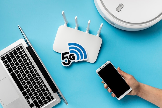 Widok z góry na router wi-fi z laptopem i odkurzaczem