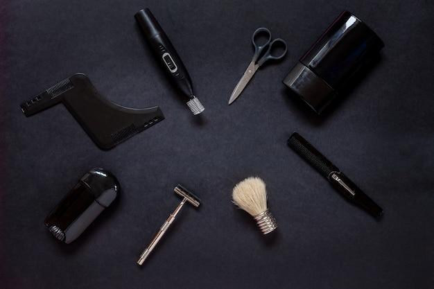 Widok z góry na różne akcesoria do golenia i pielęgnacji ciała dla mężczyzn na czarnym tle