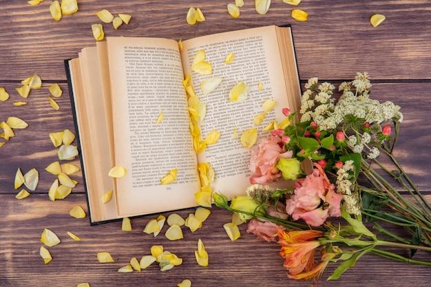 Widok z góry na różne i kolorowe kwiaty z żółtymi płatkami na drewnie