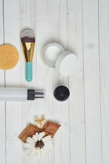 Widok z góry na różne produkty kosmetyczne