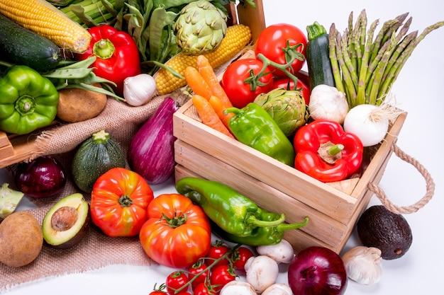 Widok z góry na różne rodzaje warzyw dla zrównoważonej i zdrowej diety