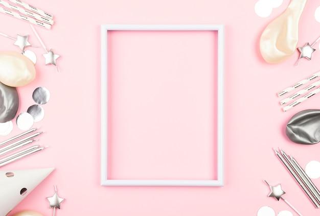 Widok z góry na różową ramkę z dekoracjami urodzinowymi