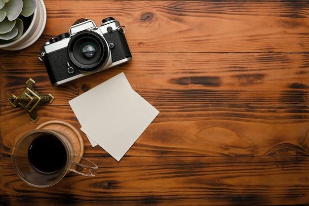 Widok z góry na rustykalny stół z makietą aparatu do kawy i kopiowania miejsca