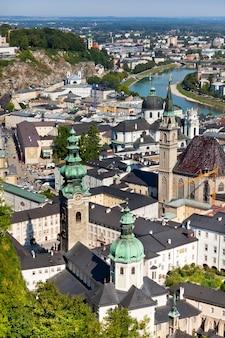 Widok z góry na rzekę salzach i stare miasto w centrum salzburga w austrii z murów twierdzy
