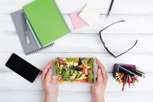 Widok z góry na sałatkę na lunch w biurze