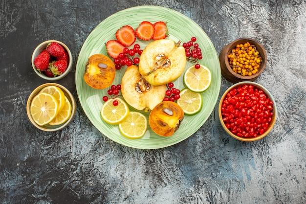 Widok z góry na sałatkę owocową ze świeżymi owocami w plasterkach