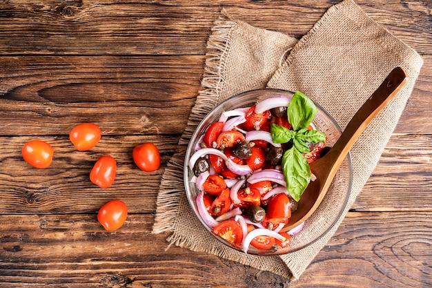 Widok z góry na sałatkę ze świeżych warzyw z dietą niskowęglowodanową z pomidorami i czerwoną cebulą