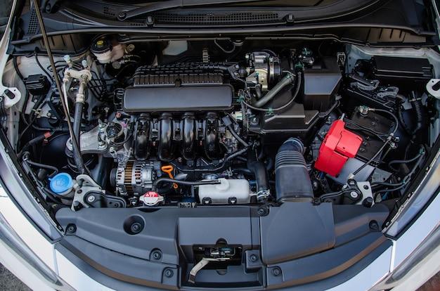 Widok z góry na serwis serwisowy silnika samochodowego
