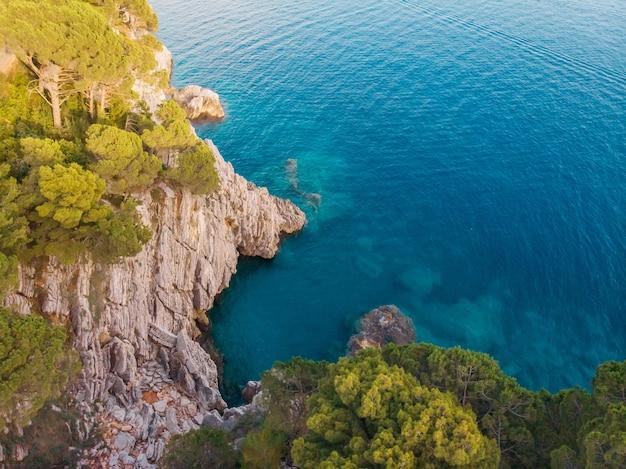 Widok z góry na skalisty brzeg krystalicznie czystego morza adriatyckiego, strzał z drona