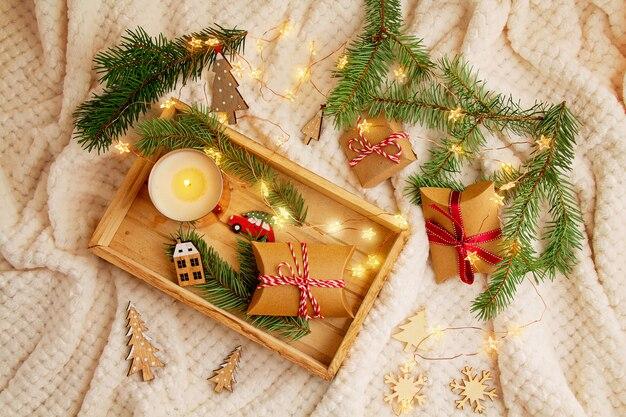 Widok z góry na skład boże narodzenie z prezentami, drzewo xmas, świeca