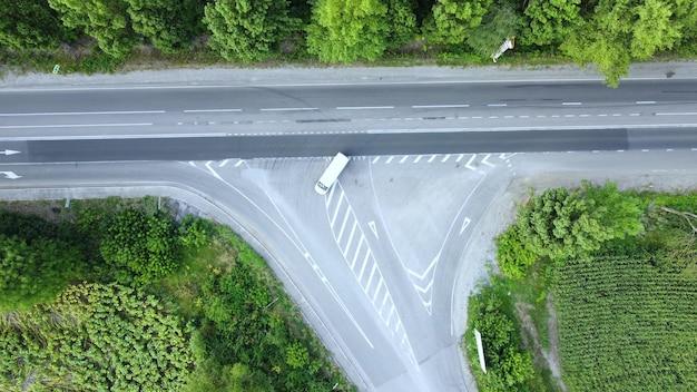 Widok z góry na skrzyżowanie dróg w terenie zielonym.