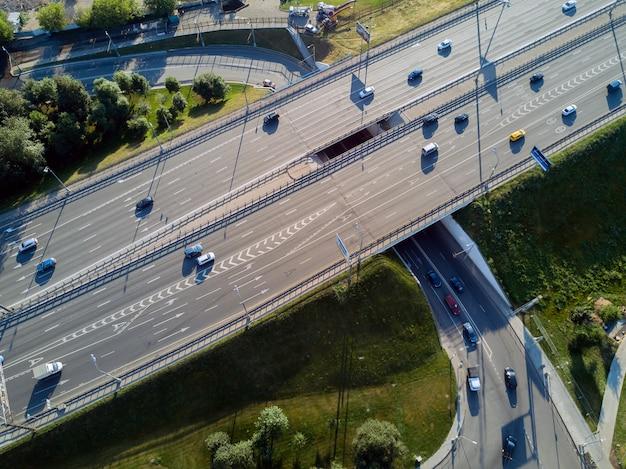 Widok z góry na skrzyżowanie dróg