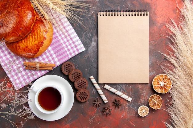Widok z góry na słodkie ciasta z herbatą i herbatnikami