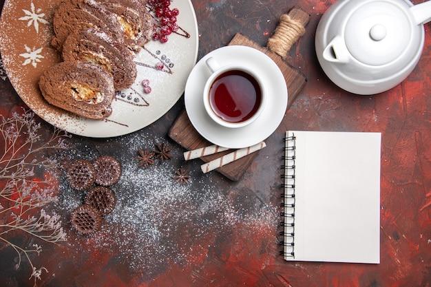 Widok z góry na słodkie herbatniki pokrojone w kremowe ciasta
