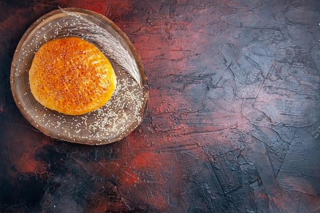 Widok z góry na słodkie upieczone bułki, takie jak świeży chleb na ciemnej powierzchni