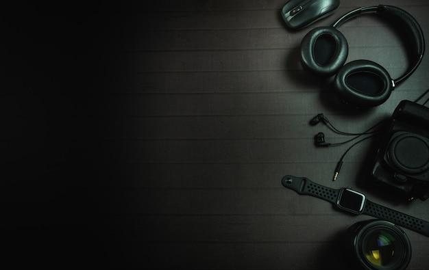 Widok z góry na słuchawki, mysz, zegarek na jabłko, aparat i obiektyw