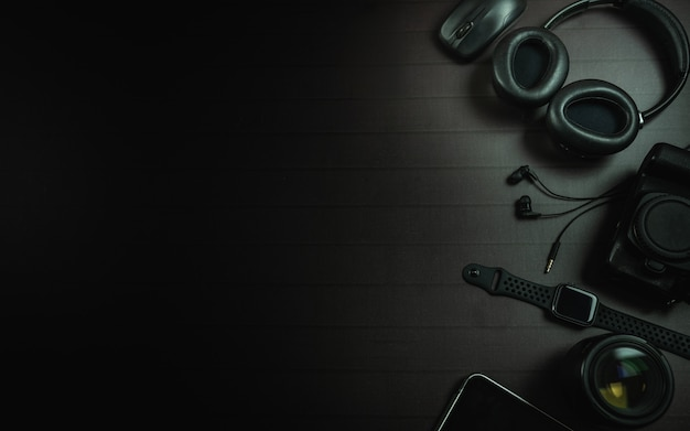 Widok z góry na słuchawki, mysz, zegarek na jabłko, ipada, aparat i obiektyw