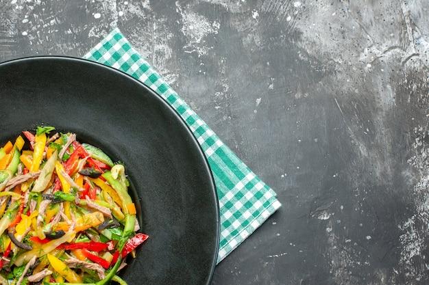 Widok z góry na smaczną sałatkę warzywną na ciemnej powierzchni