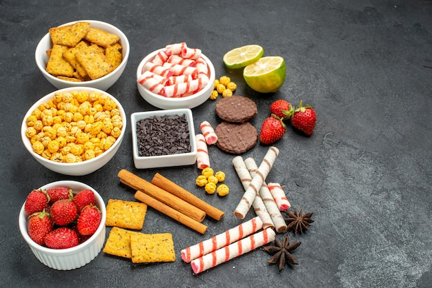 Widok z góry na smaczne przekąski z różnymi krakersami i świeżymi owocami