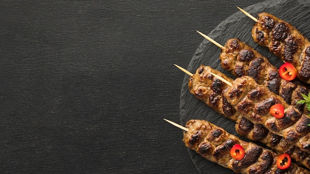 Widok z góry na smaczny kebab na talerzu z miejsca na kopię