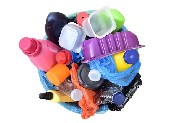 Widok z góry na śmieci z plastikowymi pojemnikami na butelki na butelki