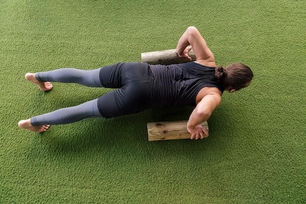 Widok z góry na sportowca robiącego pompki na siłowni