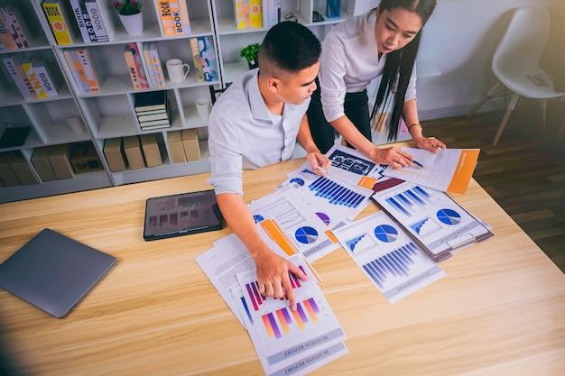 Widok z góry na spotkanie ludzi biznesu w celu przeanalizowania i omówienia sytuacji w marketingu