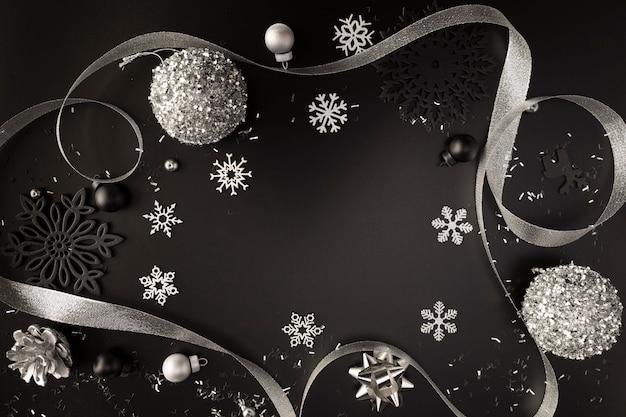 Widok z góry na srebrne ozdoby świąteczne ze wstążką