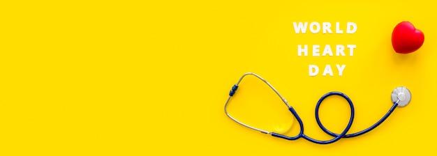 Widok z góry na stetoskop w kształcie serca i przestrzeni kopii