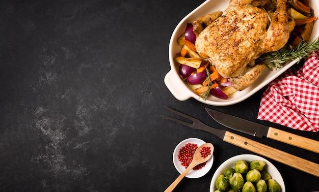 Widok z góry na stół dziękczynienia z pieczonym kurczakiem i miejscem na kopię