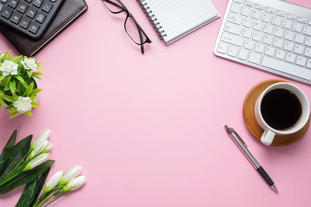 Widok z góry na stół roboczy ze sprzętem stacjonarnym kubek do kawy kwiat. skopiuj miejsce.