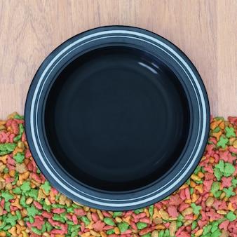 Widok z góry na suchą karmę dla kota i psa z pustą miską