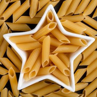 Widok z góry na surowy makaron w rozetce w kształcie gwiazdy