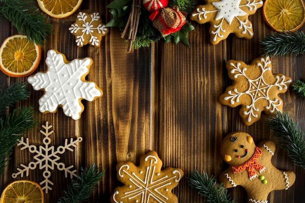 Widok z góry na świąteczne ciasteczka z różnymi dekoracjami