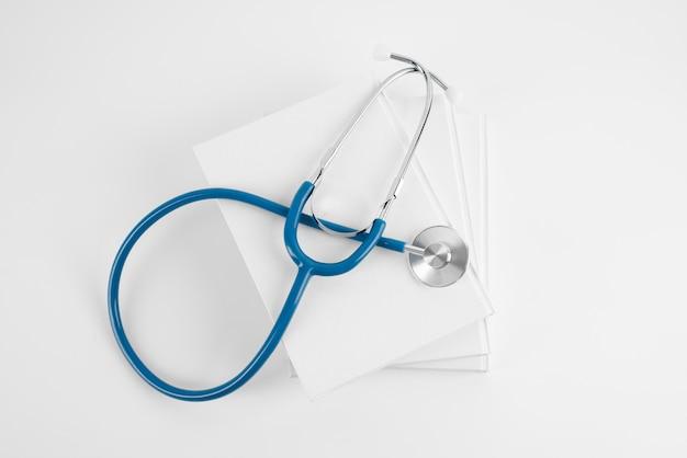Widok z góry na światowy dzień nauki ze stetoskopem